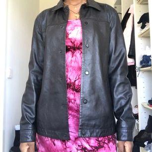 Super cool läderkappa/jacka från ASOS mens | Fint skick (sparsamt använd) | köpare står för frakt ❣️ (säljer pga har liknanden och inte får användning för denna)