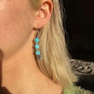 Nickelfria örhängen som finns i både grönt och blått🥰 Frakt INGÅR i priset, och dom kostar 55kr st✨