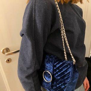 Säljer denna fina väska från Gina tricot som är i mörkblått sammet. Superfin färg som verkligen passar till ALLT. Knappen har dock gått sönder så den går inte att stänga. Frakt tillkommer, Hör av er om ni är intresserade💕