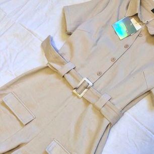 Jättesöt jumpsuit från Missguided. Storlek 36 i beige. Endast provad, prislappen är kvar.