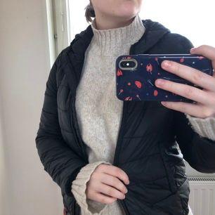 Säljer min svarta pull & bear dunjacka köpt på Mall Of Scandinavia för ca 1 år sedan. Jackan är i storlek XS och har inte kommit till användning tyvärr. Skriv gärna om ni har frågor eller vill ha fler bilder☺️💗