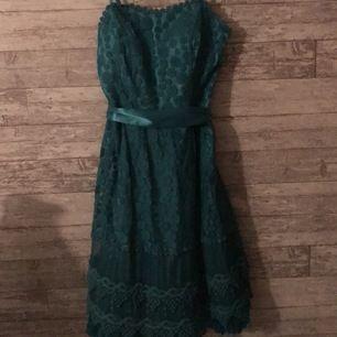 Blå klänning med spätts och midje snöre, kedja finns på sidan av klänningen, 70kr + frakt (ingår ej!) om du har frågor bör av dig👍