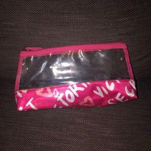 Necessär från Victoria's Secret. Höjd 20 cm, längd 30 cm.