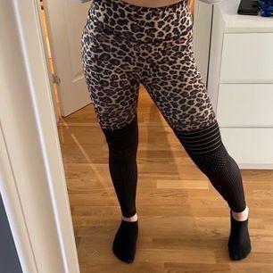 superfina svarta/leopard tights, lätt dem skönaste jag haft på mig😍 högmidjade storlek S. Insömning vid rumpan för illusion av större rumpa😍😍 frakt tillkommer