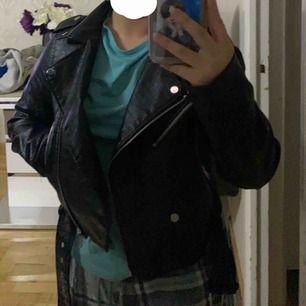 Säljer denna fina skinnjackan eftersom den är oversized och gillar inte oversized'a jackor. Sen så har den bra skick! För mer information skriv bara i PM:)