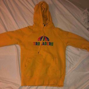 Säljer min gör goa tröcca hoodie jag köpte i somras på trocaderos egna hemsida. Jättemysig i storlek xs Säljer pga för lite andvändning och är i bra skick   Pris kan absolut diskuteras och prutas:))  Nypris: 499kr