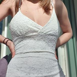Jättefin vit klänning med cool detalj på axelbanden! Knappt använd och är en perfekt sommarklänning🌼 Hör gärna av dig vid frågor/funderingar❣