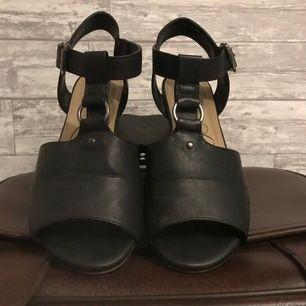 """Svarta öppna klackar storlek 40 från """"din sko"""" , använda tre- två gånger. 50kr +frakt (ingår ej!)"""