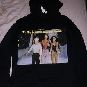 En svart hoodie med motiv på från Zara. Har inga hål eller fläckar. Säljs då den aldrig kommer till användning.