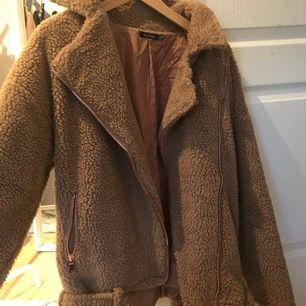 """Fin brun jacka i """"Teddy"""" material. Aldrig använd så den är i nyskick fortfarande💐"""
