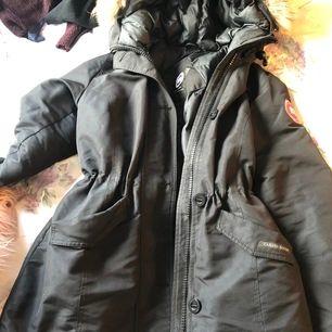 Säljer min vinterjacka som passar både S/M/L , i bra fint skick, sparsamt använd. Väldigt fin och mjuk päls🦋