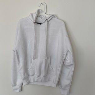 Vit hoodie, passar både S och M. Säljer då jag har för många hoodies. Frakt: 60kr.