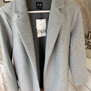 Grå kappa från Zara strl L, aldrig använd då den tyvärr inte passade mig :( frakt ingår <3