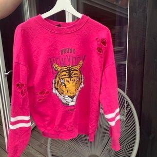 Säljer denna hoodie ifrån Gina, säljer den pågrund av att ja aldrig använder den längre 💕 kan mötas upp i Borås eller så tillkommer frakt!