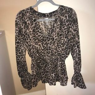 Leopard mönstrad blus från bubbleroom. Storlek 36, använd få antal gånger. Fri frakt
