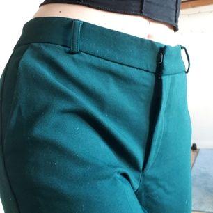 Mörkgröna eleganta tygbyxor i bra skick, knappt använda eftersom de är för stora för mig. Frakt tillkommer.
