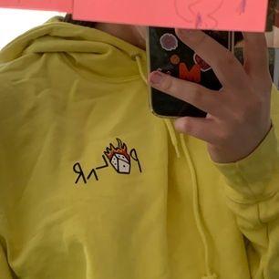 """så jäkla cool gul hoodie med tryck från polar. köpt för 800kr från caliroots och finns inte kvar i lager. finns en nagellacksfläck på ena armen (kolla sista bilden) men jag brukar """"vika upp"""" armen så att det inte syns! köpare står för frakt"""