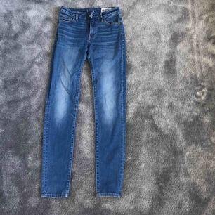 Högmidjade blåa jeans från crocker. Sparsamt använda och i nyskick men köpt för länge sen. Nypris 700kr. Köparen står för frakt.