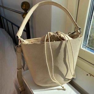 Beige väska från lindex ormskinnsimitation, Toppenskick. Fin till sommaren