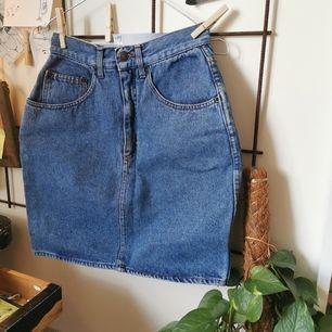 vintage kort jeanskjol som ser helt oanvänd ut!! står medium men är ganska smal i midjan                        🥑 frakten ingår