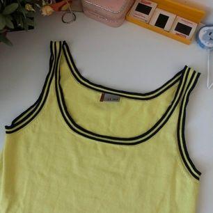 Så snyggt stickat gult linne ❤️❤️ köpt second hand på Beyond retro men den är genuint i nyskick då jag aldrig använt den 💕💕 passar ca xs-L 💖💖 finare färg irl !