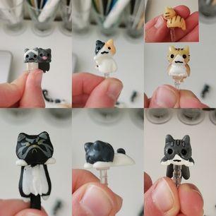Jättegulliga katter som man sätter i hörlurshålet på mobilen, den orangea katten har tappat svansen (se bilden) säljer alla tillsammans 6st 20kr + frakt 11kr