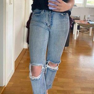Ett par sjukt snygga slitna jeans i boyfriendstil men de är tyvärr lite för små för mig! Priset är inkl. frakt och kan mötas upp i Göteborg men annars endast frakt!