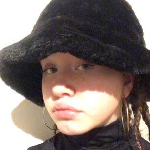 En svart hatt i bra skick. Köpt från monki men finns ej kvar. Fake päls.