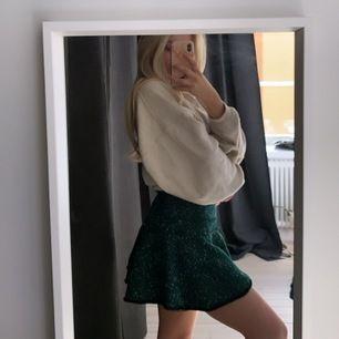 Supersöt utsvängd grön kjol, små lösa trådar i kanten