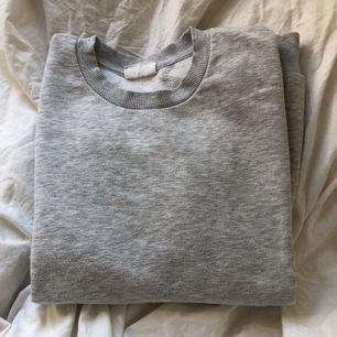 Fin grå sweatshirt. Lite nopprig på utsidan och lite på insidad. Köpt för bara någon månad sedan. Bra skick. Frakt ingår inte i priset.