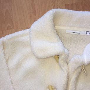 oanvänd vit fluffig kofta/jacka från women's secret i storlek M. Både fluffig på utsidan och insidan! den håller värmen i kallt väder. Köpt i spanien i början av året men den kom aldrig till användning.