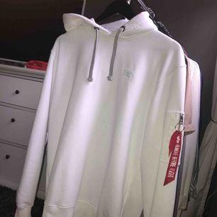 Säljer nu min näst intill nya Alpha industries hoodie