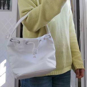 Helt oanvänd vit handväska från Perllini, har även en likadan röd som jag säljer, 40kr + 44 frakt