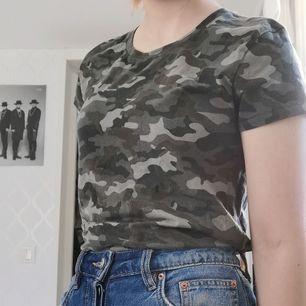 T-shirt med militärmönster, 40kr + frakt 44kr