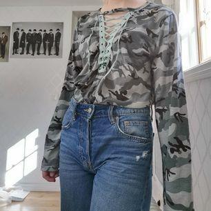 Långärmad tröja med militärmönster och snörning den har blivit rätt så nopprig (se bild 3), står ingen storlek men skulle säga den är en S/M, 40kr + 44kr frakt