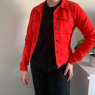 Röd jeansjacka från Vero Moda. I bra skick!⚡️ frakt ingår inte i priset.