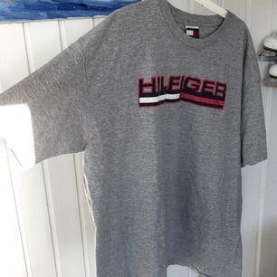 Äkta Tommy Hilfiger t-shirt inköpt 2002 i LA. XXL men mer som XL.