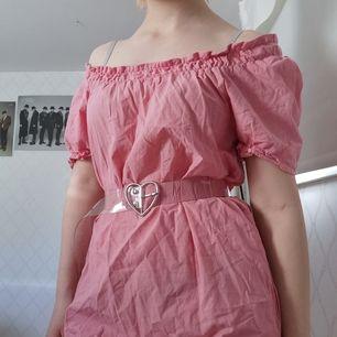 Rosa off-shoulder klänning med fickor, tror det igentligen ska finnas skärp till men det är borta, har en liten fläck vid ärmen ungefär (se bild 3) 100kr + frakt 44kr
