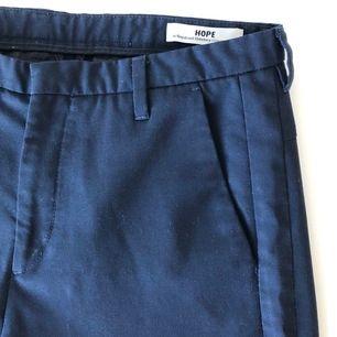 Marinblå kostymbyxor från Hope i storlek 34. Köpta second hand för 60 kr och säljes för 90 kr (+ 50 % som går oavkortat till UNICEF. Kan hämtas i Jönköping eller fraktas (frakt tillkommer).
