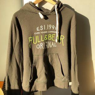 Säljer min Pull&bear hoodie, storlek M, använde den som en oversized hoodie och funkade väldigt bra, säljer den för att jag har ändrat min stil!