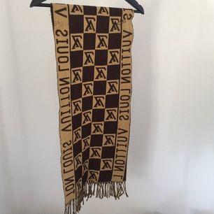 Louis Vuitton halsduk som är kopia! Köparen står för frakt!