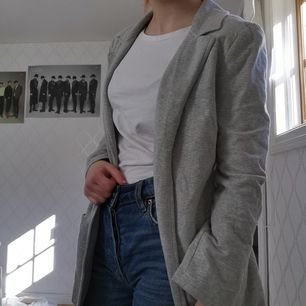 Grå kofta som liknar en kostym jacka, 100kr + frakt 66kr