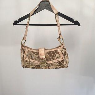 Gucci väska som är en väldigt fin kopia! Väskan är i nyskick! Köparen står för fraktkosnad ifall den ska skickas!❤️