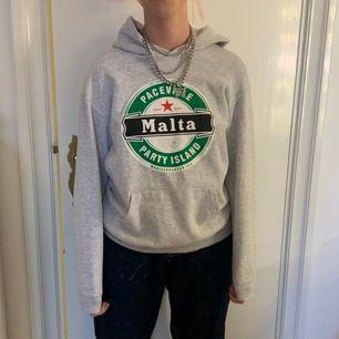 grå hoodie med öl logga från Malta, perfekt t ölkvällar😉
