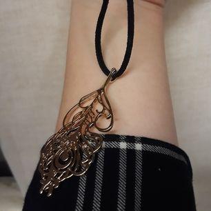 Härligt halsband med guldsmycke👑