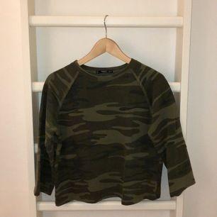 en kamouflage tröja i mycket gott skick, använd få gånger. från mango. säljer pågrund av att den inte kommer till användning