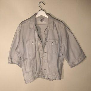 Jeans jacka från H&M med trekvartsarm. I mycket ba skick endast använd en gång. Frakt till kommer.