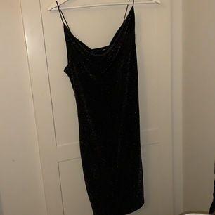 Jätte snygg klänning som passar till fester o massor olika saker,sitter supersnygga och rundar sig ner vid brösten