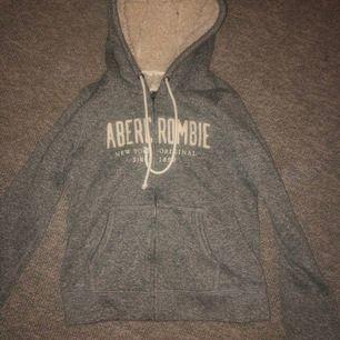 Supermysig tröja ifrån abecrombie, använd 1 gång. Jättemysig och fyllningen är helt som ny. Storlek xs med dragkedja. Frakt ingår ej köpt för ca 800 kr