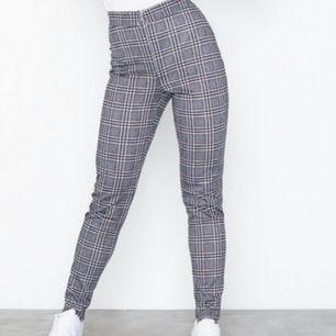 Bekväma Rutiga byxor (tights) i storlek XS från Nelly. Sitter lite tajtare på mig som vanligtvis är en S/M. Frakt ingår i priset.